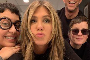 Губки бантиком: стилист Дженнифер Энистон поделился забавным селфи с актрисой