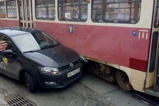 У Києві на Подолі через аварію заблоковано рух трамваїв