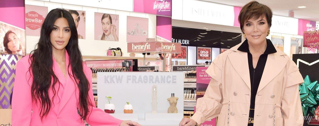 В розовом костюме и ажурных сапогах: Ким Кардашьян на презентации в Калабасасе