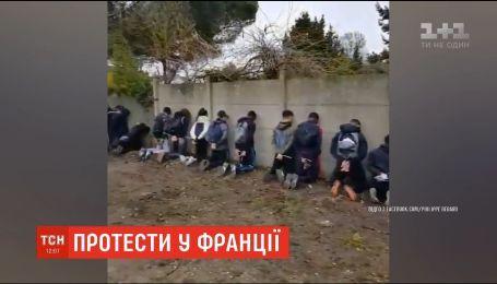Во Франции полиция задержала более 150 подростков и поставила их на колени
