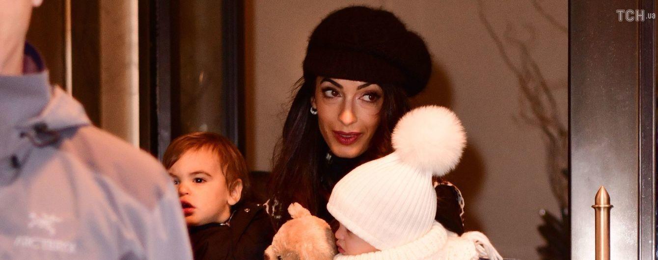 Редкий выход: Амаль Клуни с двойней застали на прогулке в Нью-Йорке