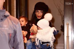 Рідкісний вихід: Амаль Клуні з двійнятами заскочили на прогулянці у Нью-Йорку