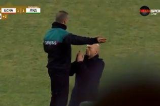 У Болгарії тренер на колінах благав арбітра додати час до матчу