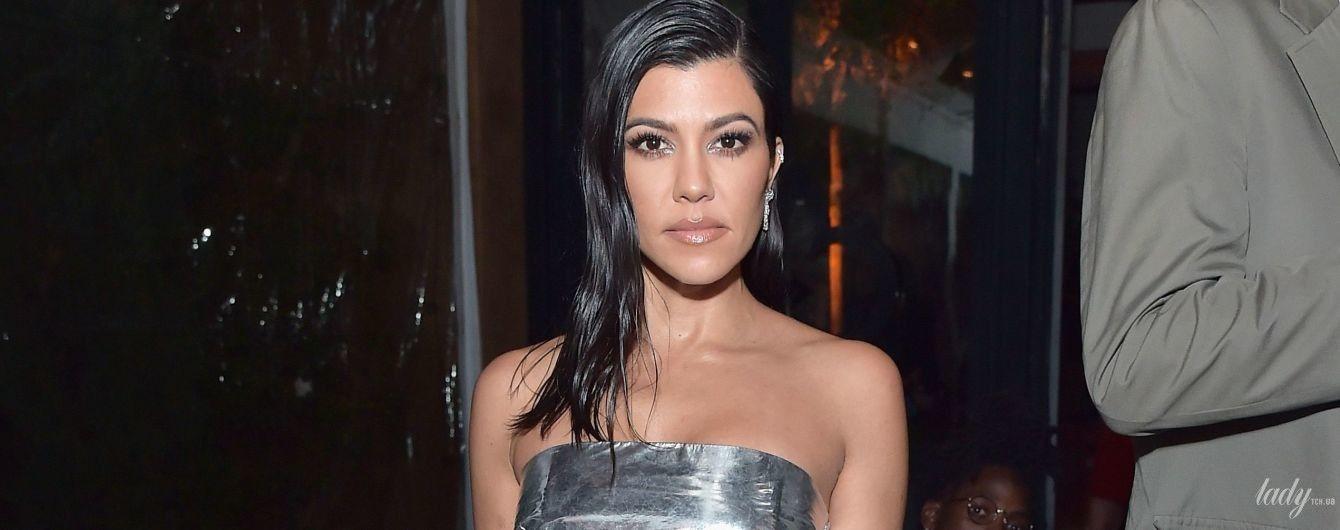 У сукні зі сріблястої фольги: Кортні Кардашян в ефектному образі на вечірці