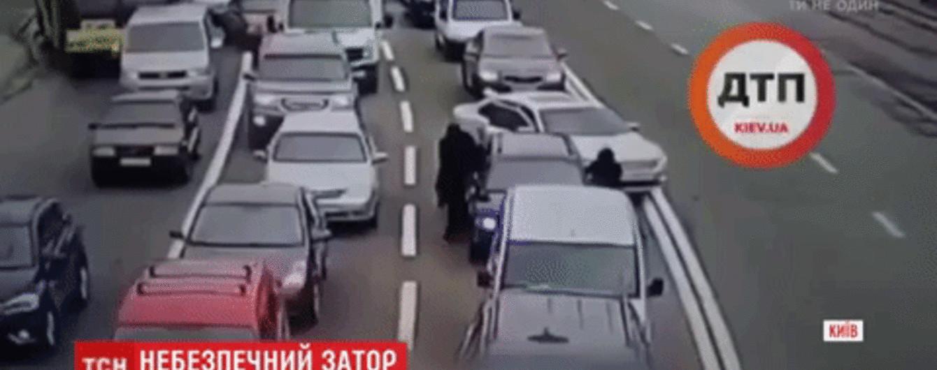 Пограбування у заторі: в Києві злодії за 10 секунд витягли з авто рюкзак із $ 15 тисячами