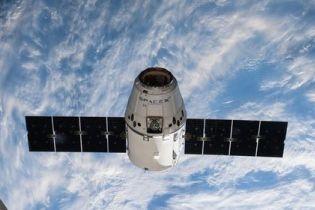 Модуль Dragon провел стыковку c МКС после маневрирования и проблем со связью