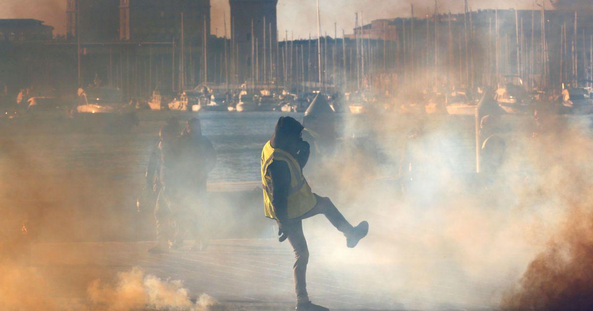 """Протести """"жовтих жилетів"""" досягли небувалих обертів. Уряд назвав кількість демонстрантів"""