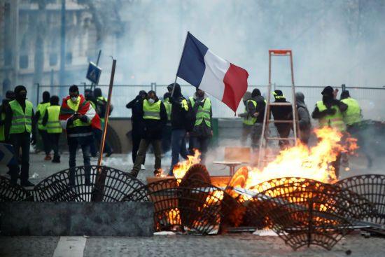 """Францію лихоманить: """"жовті жилети"""" хочуть протестувати до розпуску парламенту"""