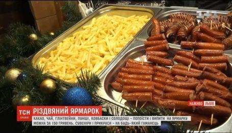 Рум'яні ковбаски та п'янкі глінтвейни: у Львові відкрився різдвяний ярмарок
