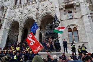 """Масові протести сколихнули Угорщину через новий """"рабський закон"""""""