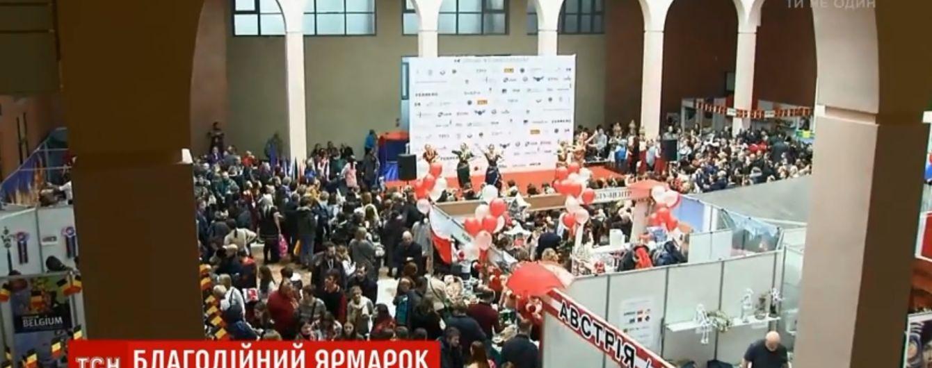 Джинси по 100 грн і фото з Сантою: у Києві дружини дипломатів улаштували благодійний ярмарок