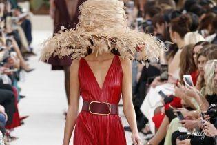 Величезні капелюхи і босоніжки з пір'ям: колекція Valentino сезону весна-літо 2019