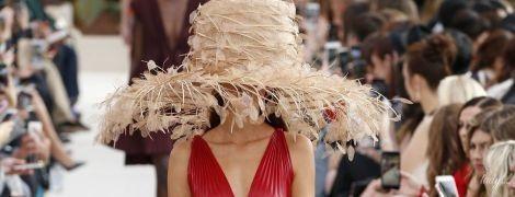Огромные шляпы и босоножки с перьями: коллекция Valentino сезона весна-лето 2019