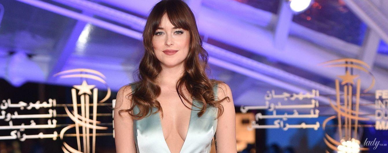В платье Gucci с глубоким декольте: Дакота Джонсон на светском мероприятии