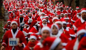Тисячі Санта-Клаусів у всьому світі заполонили вулиці міст, аби взяти участь у благодійних забігах
