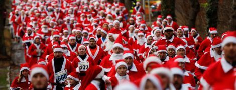 Тысячи Санта-Клаусов по всему миру заполонили улицы городов, чтобы поучаствовать в благотворительных забегах