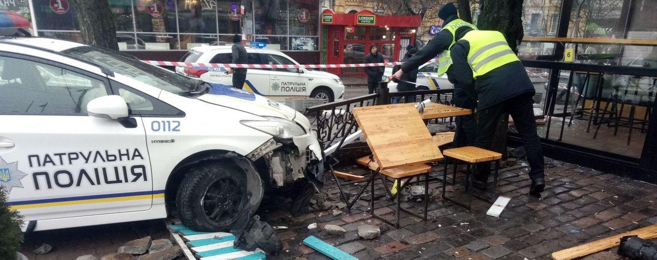 В центре Киева полицейский автомобиль вылетел на тротуар и сбил пешехода