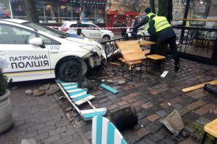 У центрі Києва поліцейський автомобіль вилетів на тротуар та збив пішохода