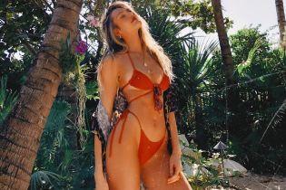 В червоному бікіні на тлі пальм: Кендіс Свейнпоул вирушила відпочивати