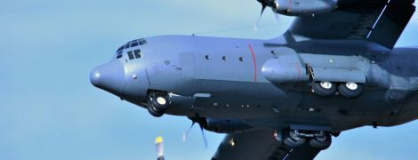 Вантажний транспортний літак здійснив вимушену посадку в Канаді