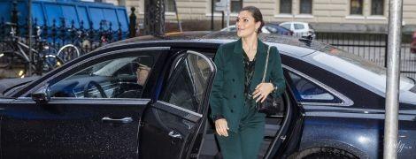 У штанному костюмі і на шпильках: кронпринцеса Вікторія відвідала семінар у Стокгольмі