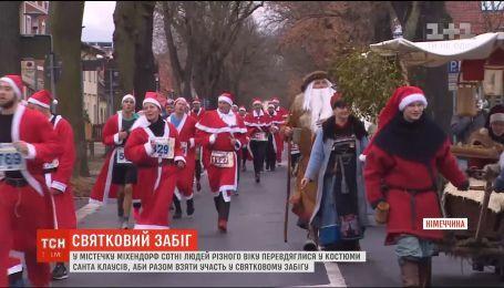 Сотни Сант пробежались по улицам немецкого городка Михендорф