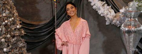 Выглядит прекрасно: Ванесса Хадженс подчеркнула стройные ноги розовым мини