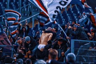 Фанати зняли труси з футболіста, який побіг до них святкувати божевільний гол