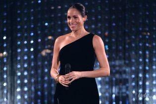 В вечернем платье и золотых туфлях: герцогиня Сассекская Меган неожиданно появилась на светской церемонии
