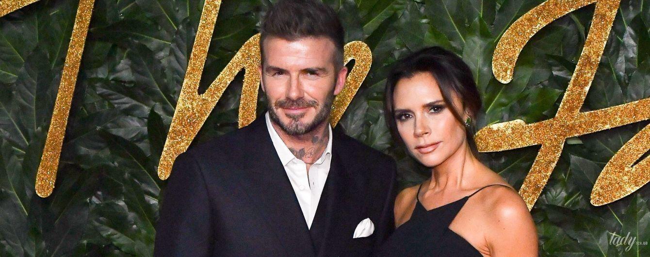 У вечірній сукні на бретельках: стильна Вікторія Бекхем із чоловіком відвідала церемонію в Лондоні