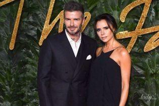 В вечернем платье на бретельках: стильная Виктория Бекхэм с мужем посетила церемонию в Лондоне