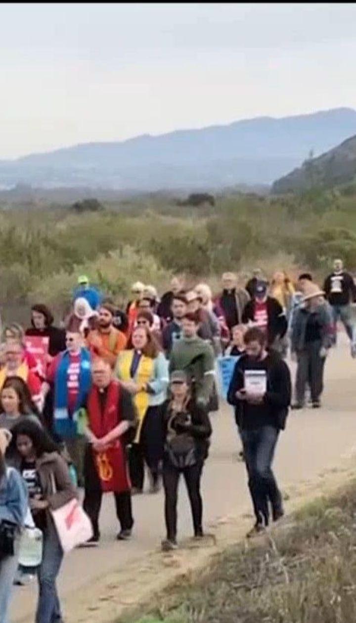 В Сан-Диего сотни людей вышли на акцию поддержки мигрантов