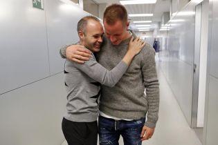 """Теплі обійми та поцілунки: Іньєста повернувся до """"Барселони"""""""