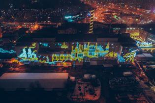 Снимки рождественского освещения фабрики Roshen и отчаянный прыжок 102-летней парашютистки. Тренды Сети