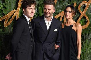 Стильные Виктория и Дэвид Бекхэмы со старшим сыном посетили светское мероприятие в Лондоне