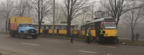 В Днепре трамвай слетел с рельсов на проезжую часть