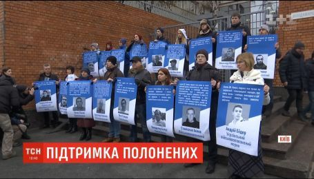 Під представництвом ЄС у Києві люди вимагали звільнення Сенцова та усіх заручників Кремля