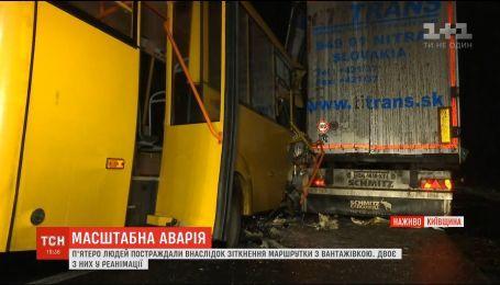 Под Гостомелем маршрутка с пассажирами врезалась в грузовик