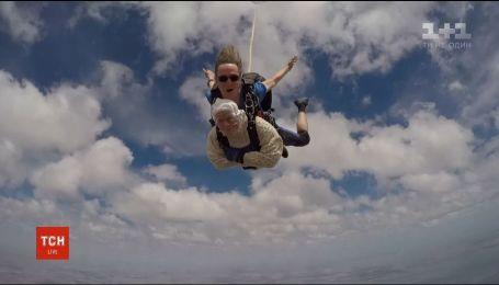 102-річна австралійка стрибнула з парашутом, аби зібрати гроші на доброчинність