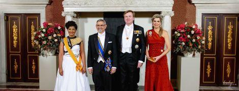 В алом платье и с тиарой: красивая королева Максима на банкете во дворце