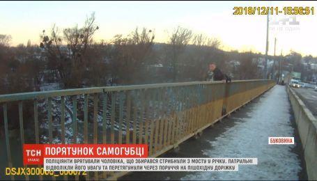 В Черновцах патрульные спасли мужчину от самоубийства