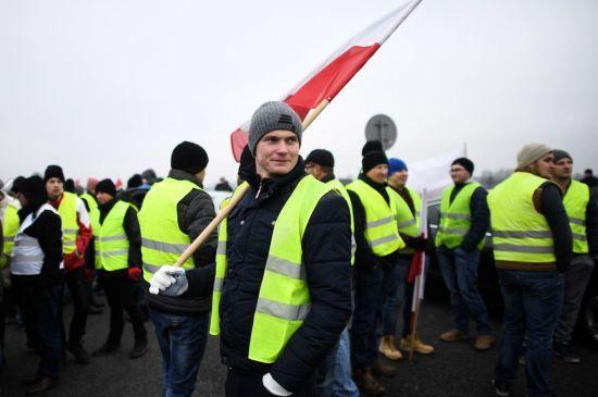 """Нова хвиля протестів: у Парижі затримали 24 учасника """"жовтих жилетів"""""""