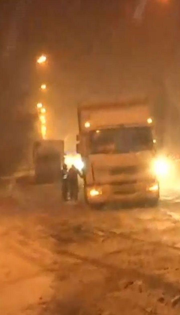Через снігопад у столиці обмежили в'їзд великогабаритного транспорту