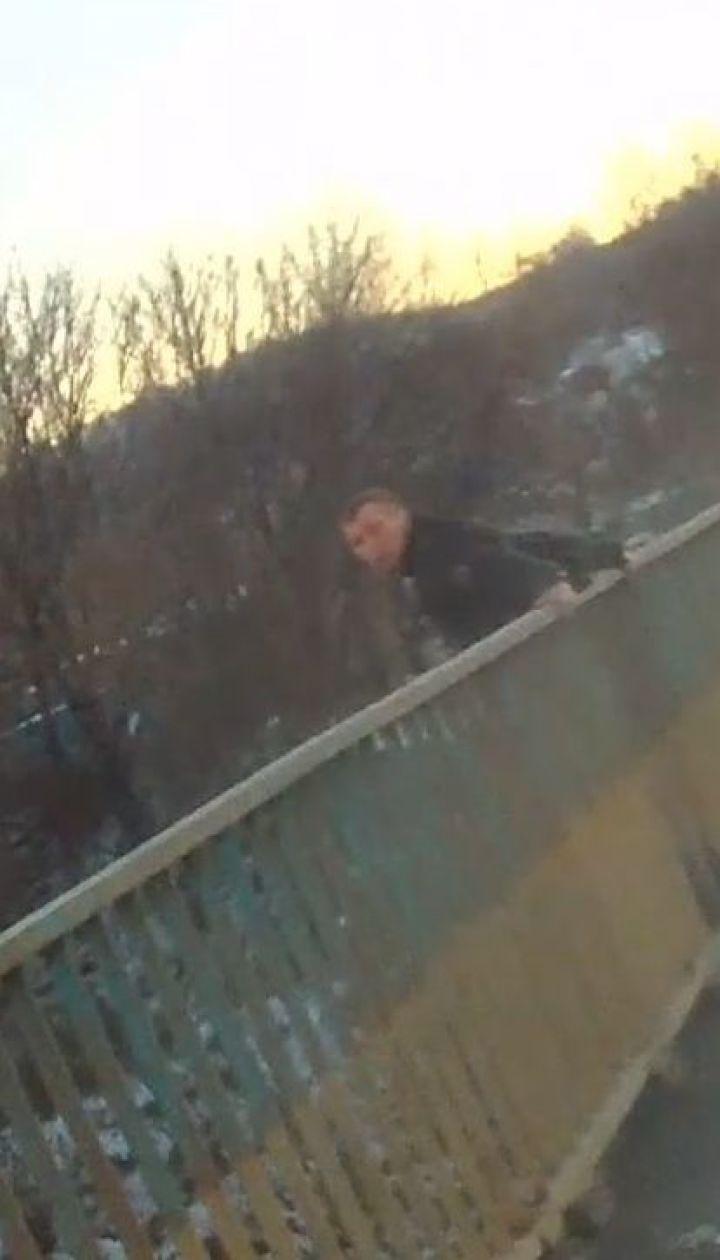 Спасение самоубийцы: черновицкие копы спасли мужчину, который пытался прыгнуть с моста