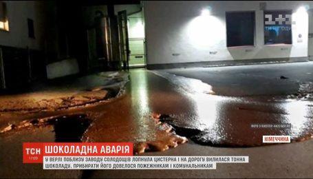 Солодка аварія: у Німеччині лопнула цистерна з рідким шоколадом