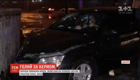 Голий та озброєний: у Дніпрі 20-річний водій влаштував гонитву з поліцейськими