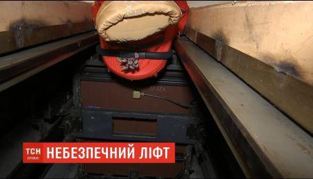 В столичной многоэтажке коляску с младенцем затянуло в шахту лифта