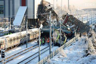 В Турции скоростной поезд столкнулся с локомотивом и сошел с рельсов, есть погибшие