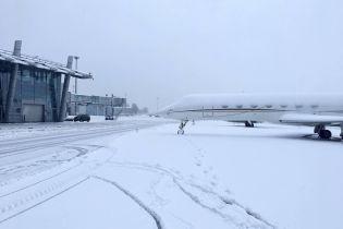 """Рейси за розкладом: в аеропорту """"Київ"""" відзвітували про роботу в умовах снігопаду"""