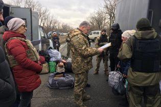 """Бойовики терористичної """"ДНР"""" передали Україні 13 в'язнів"""